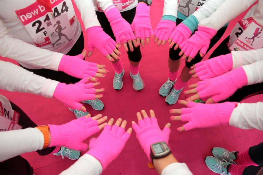 Mains des bénévoles formant un cercle